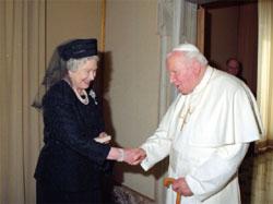Pope-JPII-with-Elizabeth-II-2005